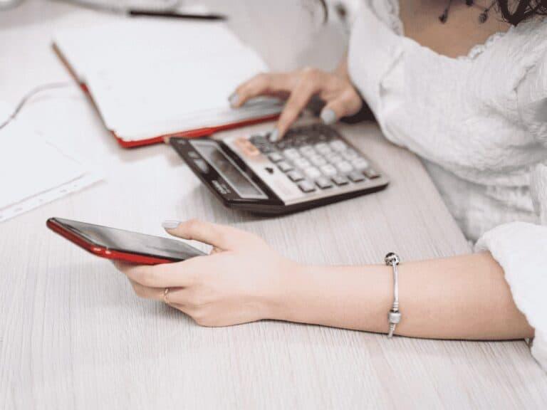 mulher fazendo cálculo do ipva 2021 ma