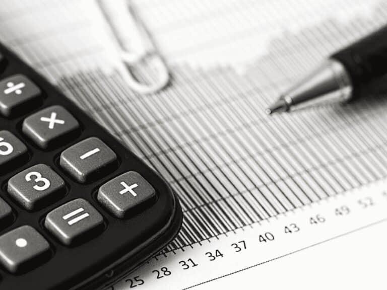 calculadora e caneta, representando ipva 2021 rj