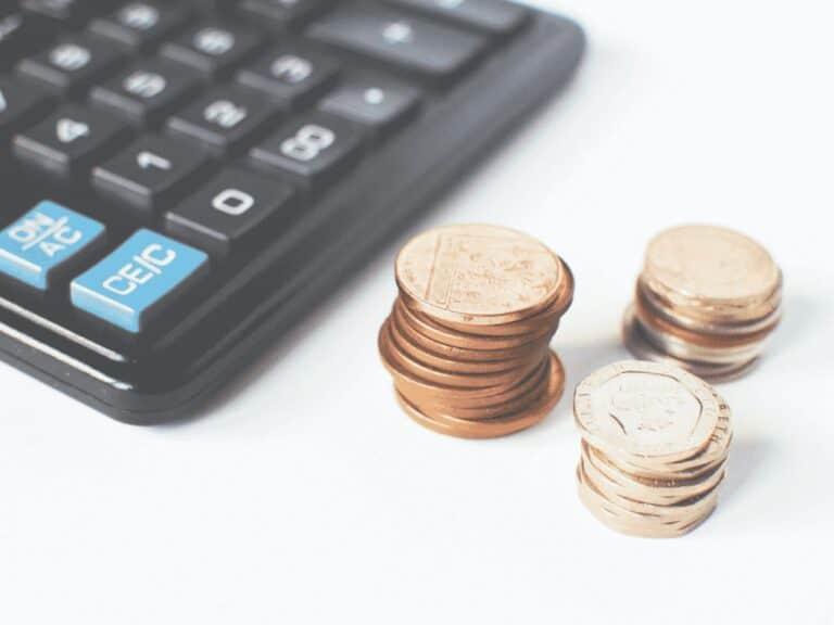 calculadora e moedas, representando ipva 2021 rs