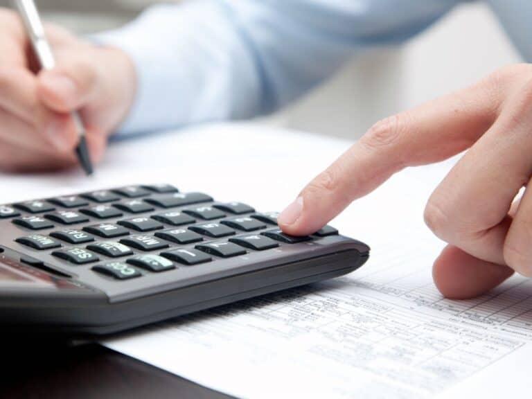 pessoa utilizando calculadora para calcular ipva e iptu