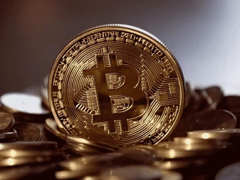 moeda dourada, representando máxima histórica do bitcoin