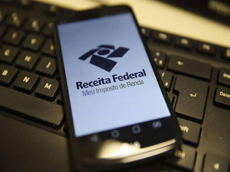 celular com aplicativo de restituição do imposto de renda