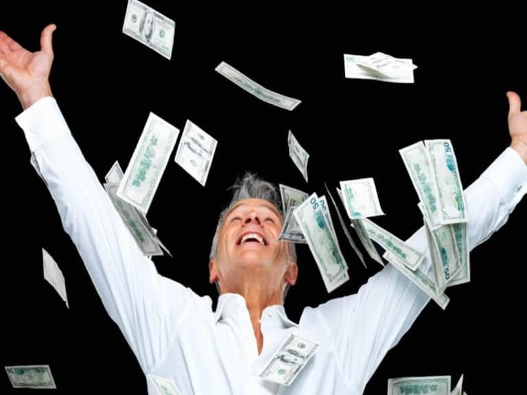 pessoa que vai apostar na mega da virada jogando dinheiro para cima