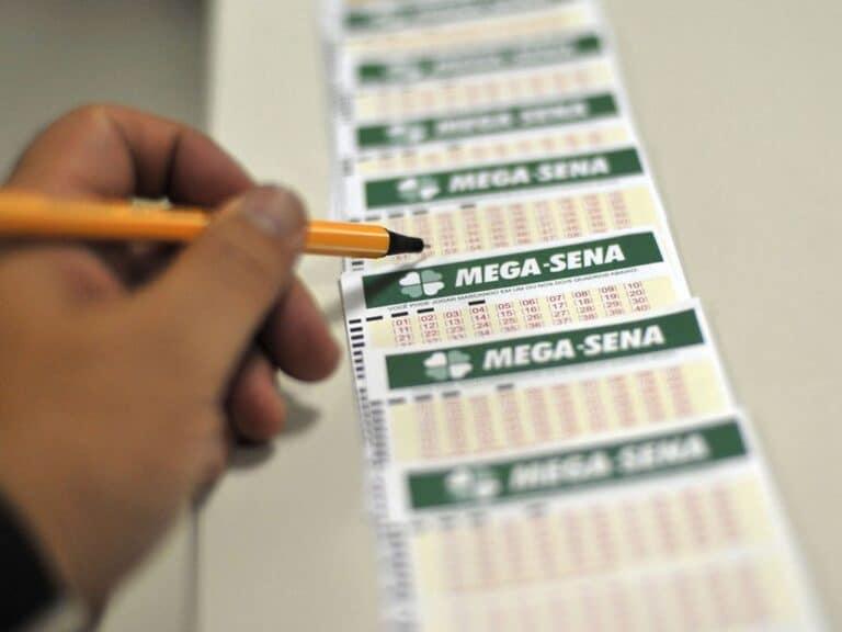 pessoa marcando números da mega-sena acumulada
