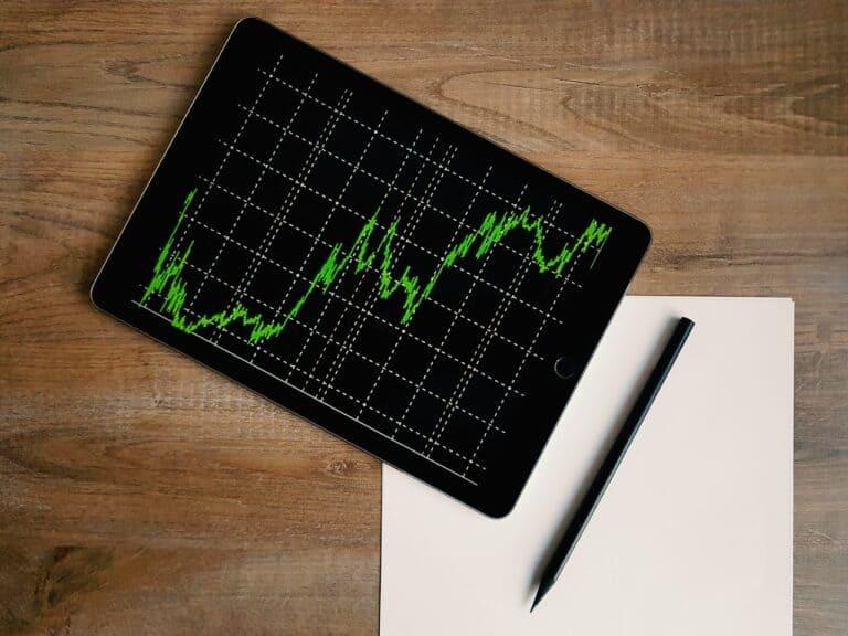 tablet com gráfico, representando onde investir em 2021