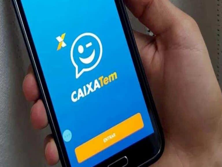 mão segurando smartphone com aplicativo do Caixa Tem aberto representando pagamento do Bolsa Família em poupança digital