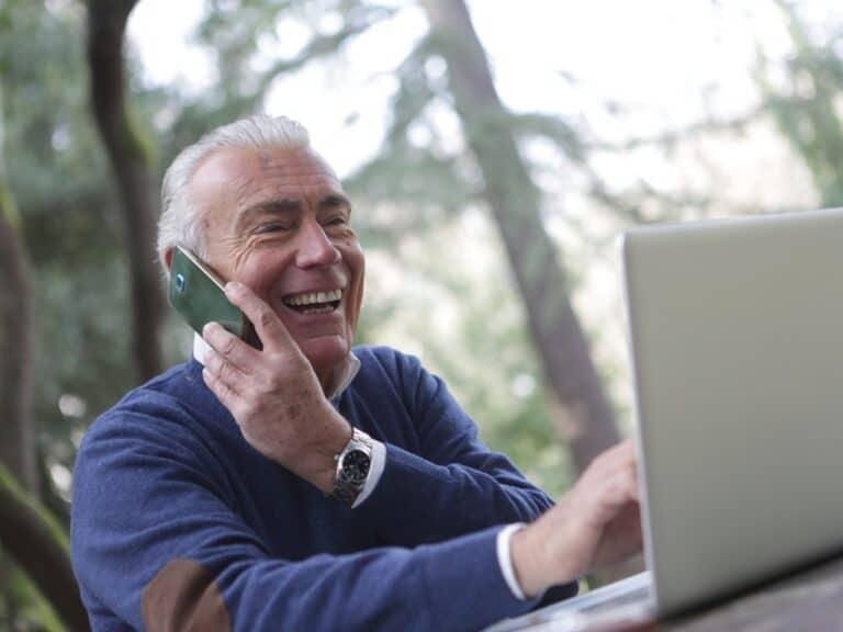 idoso no telefone, representando armadilhas do empréstimo consignado