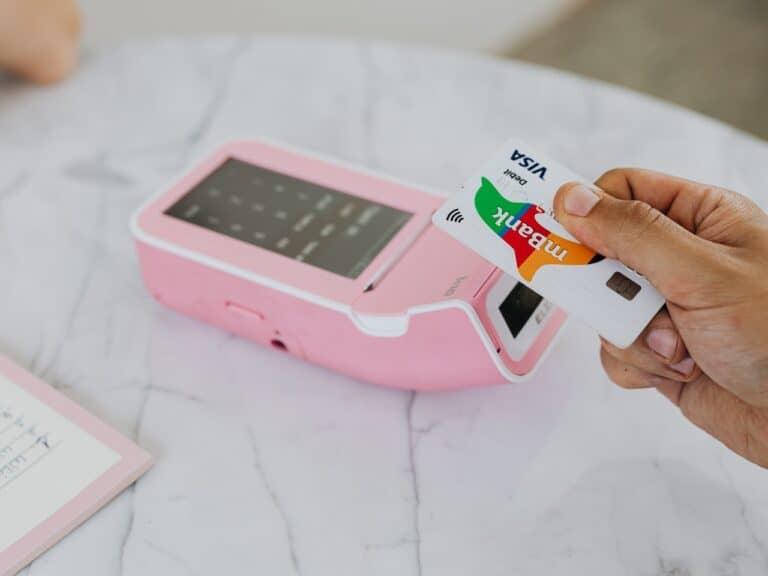 cartão sendo passado em maquininha, representando cashback em bitcoin