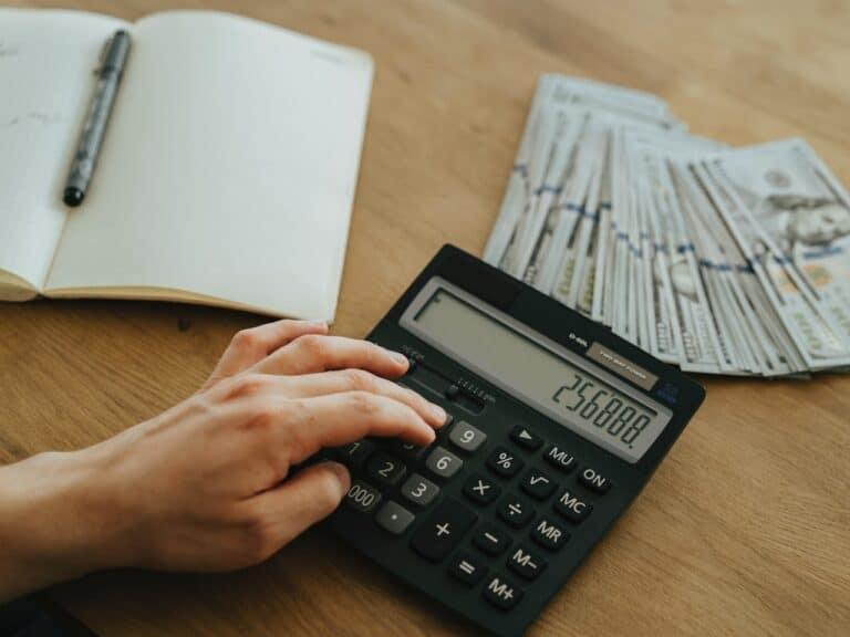 mão com calculadora, representando aumento da inflação