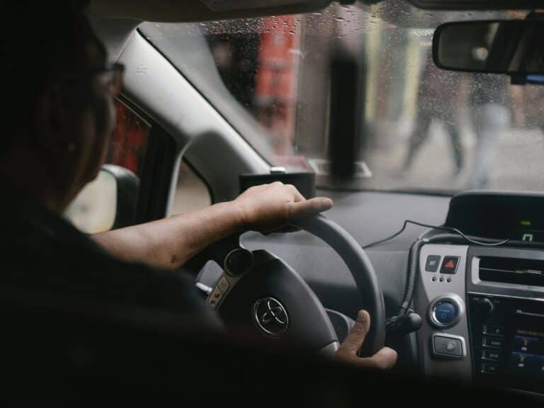 homem dirigindo carro, representando isenção de IPVA para deficientes