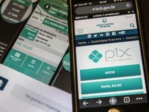 celular com site do banco central, mostrando logo do pix, que agora receberá FGTS