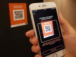 celular lendo qr code, representando recorde do pix na black friday