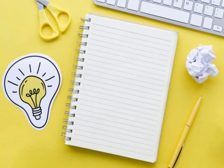 Caderno e computador para fazer o planejamento estratégico pessoal