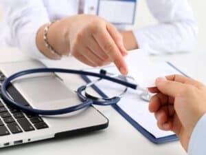 médico com estetoscópio, representando planos de saúde vão aumentar