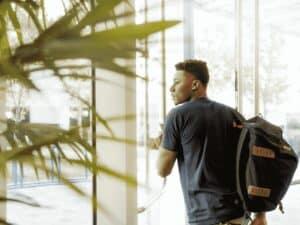estudante negro, representando programa de estágio quintoandar