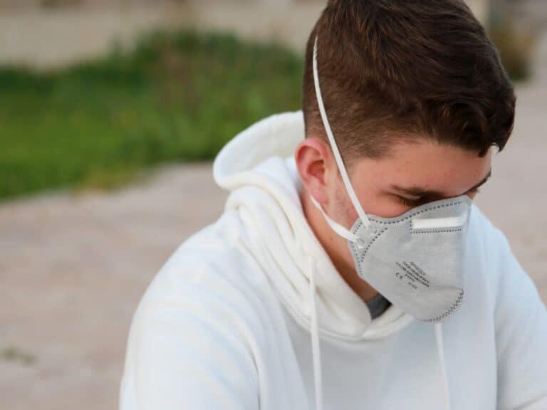 homem com máscara representando prorrogada tarifa zero para importação de itens contra Covid-19