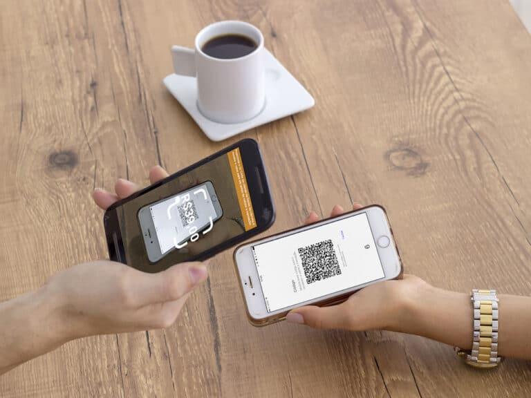 pessoa lendo qr code com celular, representando cobrança com qr code no pix