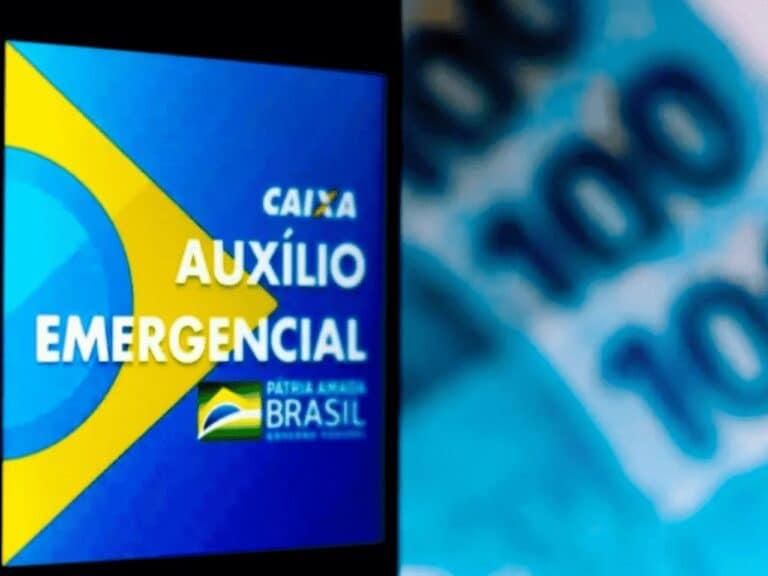 celular com logo do auxílio e cédulas de real, representando quarta parcela auxílio emergencial