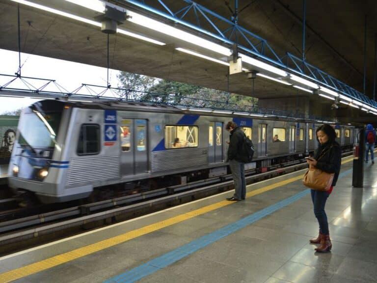 pessoas no metrô, representando reajuste da tarifa do transporte de sp