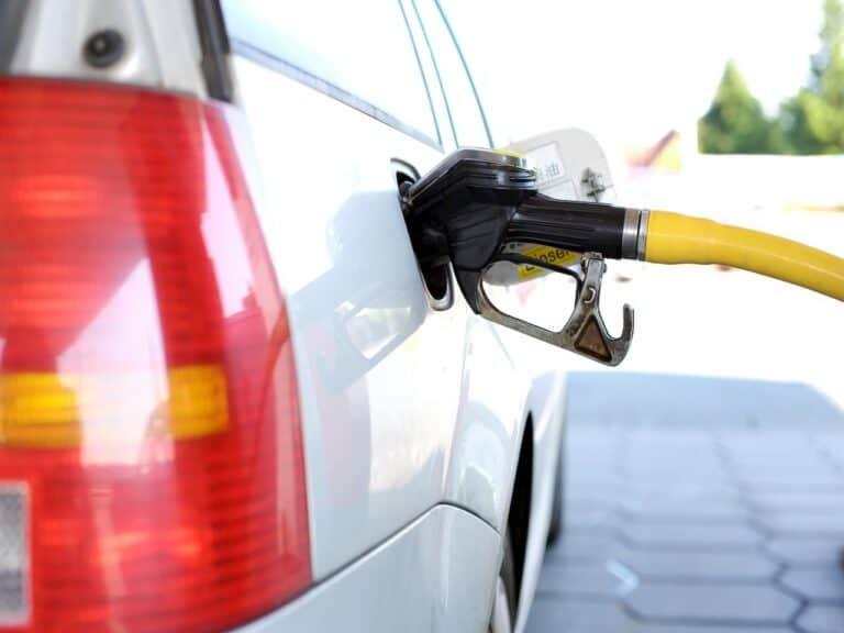 carro sendo abastecido representando reajuste do preço da gasolina e do diesel