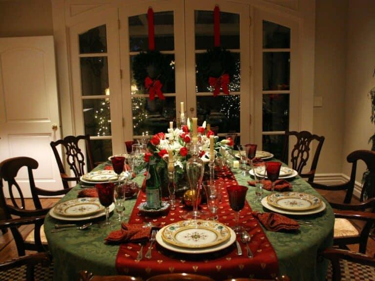 Mesa arrumada para o Natal simbolizando o tema receitas econômicas de Natal