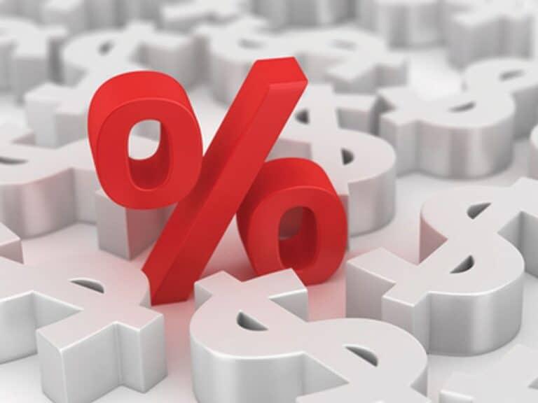 símbolo de porcentagem de pé e em vermelho com vários cifrões deitados em branco, representando redução excessiva da taxa selic
