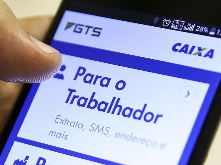 celular com aplicativo do fgts, representando saque emergencial do fgts