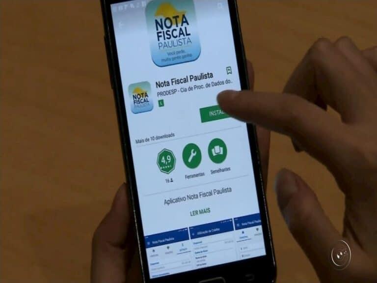 smartphone com tela exibindo aplicativo da Nota Fiscal Paulista