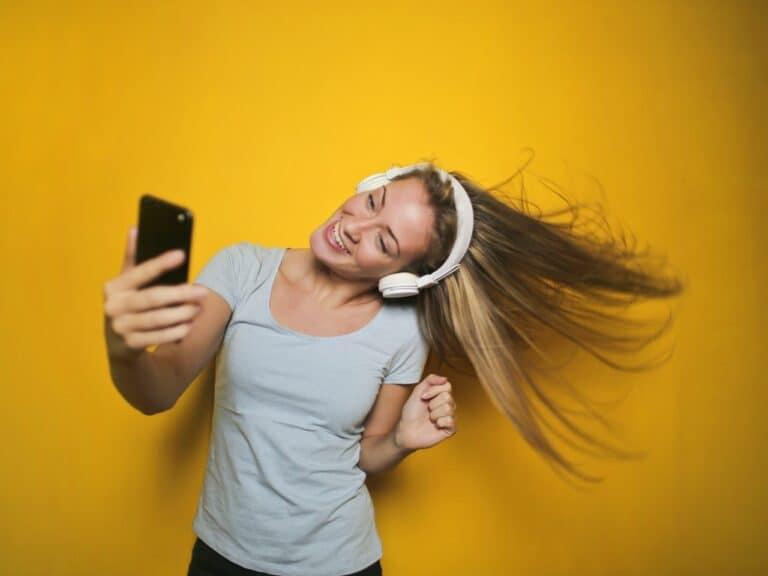 mulher com fones de ouvido, representando spotify com boleto ou cartão pré-pago