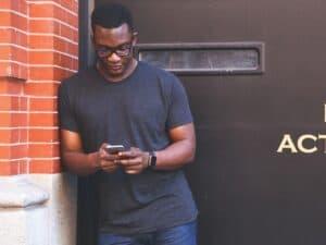 Homem buscando seguro para celular