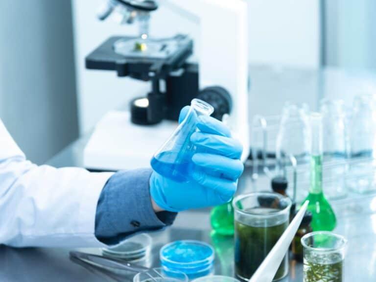 pesquisador em laboratório, representando valorizacao vacina