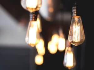 Imagem de várias lâmpadas, representando o conteúdo sobre economia de energia elétrica
