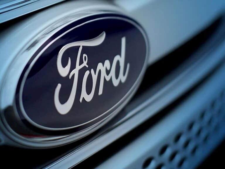 logo da Ford em carro representando fechamento da Ford