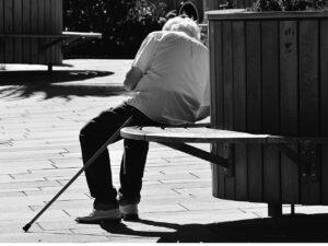 senhor sentado em banco, representando Isenção de IR para aposentados com doenças