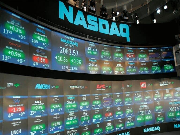painel da nasdaq, representando ações americanas compradas pelos brasileiros