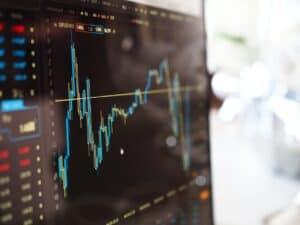 tela de computador com gráfico de ações, representando ações preferidas dos brasileiros em 2020