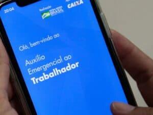 celular com aplicativo do auxílio emergencial. beneficiados precisarão usar a ferramenta para acessar a volta do auxílio