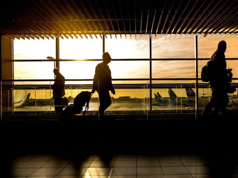 pessoas em aeroporto, representando companhias aéreas seguras