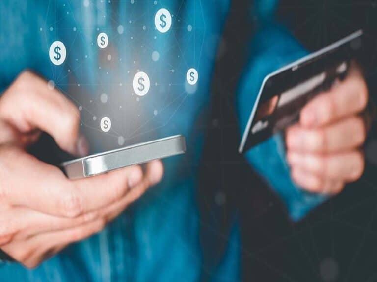 pessoa com celular e cartão, representando bancos digitais na pandemia