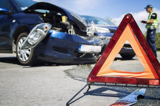 Triângulo sinaliza batida de carro que pode gerar prejuízos financeiros ao dono
