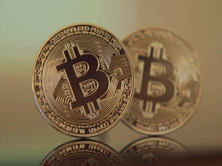 duas moedas de bitcoin, uma mais forte e outra desfocada logo atrás