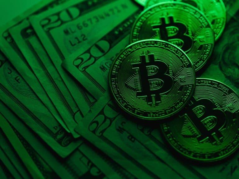 dólares e moedas de bitcoin em 2020