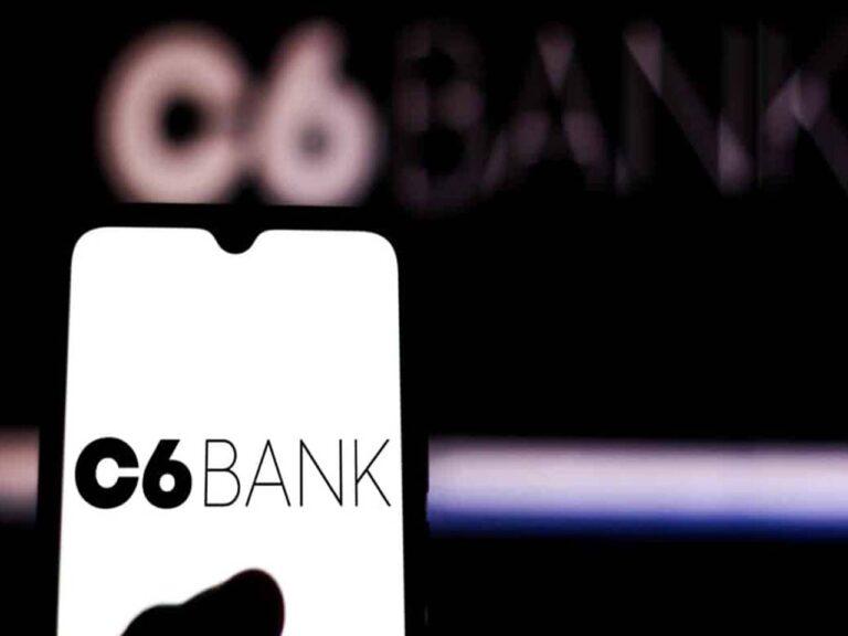 celular com logo do c6 bank, que oferta fundos imobiliários