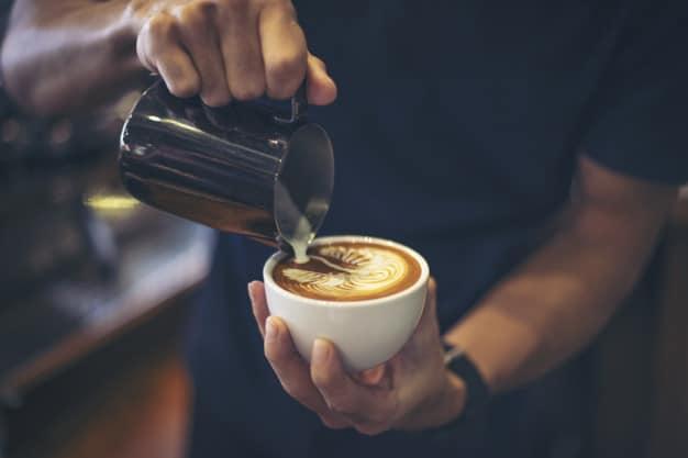 Café servido na xícara, assim como outros produtos, são afetados pela inflação. Assim, é preciso escolher bons investimentos para não ser afetado por essas variações de preço.