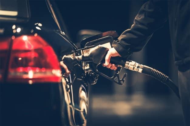 homem abastece o carro com gasolina de qualidade evitando o barato que sai caro