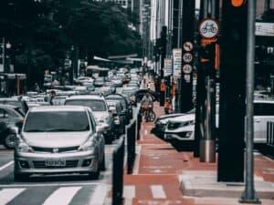 carros enfileirados em rua, representando comprar um carro