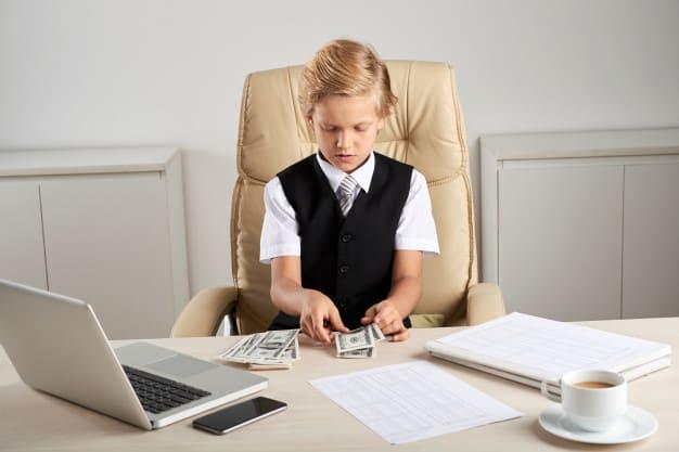 Poupar dinheiro semanalmente pode ser um ótimo exercício de educação financeira para crianças