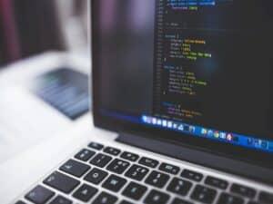 notebook com códigos na tela representando curso gratuito de programação