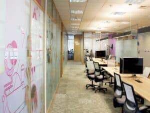 cadeiras e bancadas de escritório do Itaú representando desafio online relâmpago do Itaú