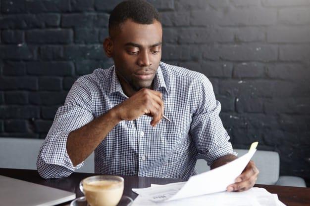 Homem estuda como poupar dinheiro
